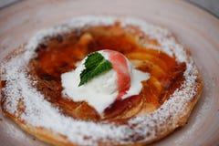 Πίτα της Apple στο πιάτο με το παγωτό βανίλιας τηγανισμένο κοτόπουλο πό&de Παραδοσιακή έρημος Στοκ φωτογραφία με δικαίωμα ελεύθερης χρήσης