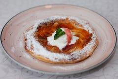 Πίτα της Apple στο πιάτο με το παγωτό βανίλιας τηγανισμένο κοτόπουλο πό&de Παραδοσιακή έρημος Στοκ Εικόνες