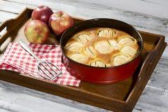Πίτα της Apple στο πιάτο ψησίματος στην ταμπλέτα Στοκ Εικόνες