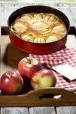Πίτα της Apple στο πιάτο ψησίματος στην ταμπλέτα Στοκ φωτογραφία με δικαίωμα ελεύθερης χρήσης