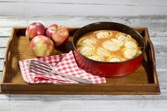 Πίτα της Apple στο πιάτο ψησίματος στην ταμπλέτα Στοκ Εικόνα
