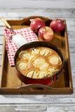 Πίτα της Apple στο πιάτο ψησίματος στην ταμπλέτα Στοκ εικόνα με δικαίωμα ελεύθερης χρήσης