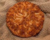 Πίτα της Apple στο πλεκτό κάλυμμα Στοκ φωτογραφία με δικαίωμα ελεύθερης χρήσης