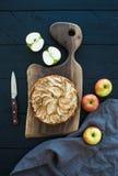 Πίτα της Apple στο σκοτεινό τεμαχίζοντας πίνακα πέρα από μαύρο ξύλινο Στοκ φωτογραφία με δικαίωμα ελεύθερης χρήσης