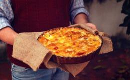 Πίτα της Apple στο man& x27 χέρια του s Στοκ φωτογραφίες με δικαίωμα ελεύθερης χρήσης