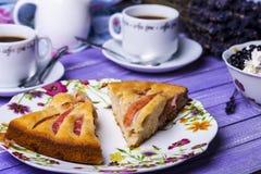Πίτα της Apple, τυρί εξοχικών σπιτιών με τα βακκίνια και καφές Στοκ Εικόνα