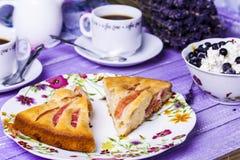 Πίτα της Apple, τυρί εξοχικών σπιτιών με τα βακκίνια και καφές Στοκ φωτογραφία με δικαίωμα ελεύθερης χρήσης