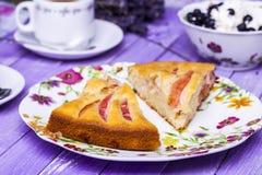Πίτα της Apple, τυρί εξοχικών σπιτιών με τα βακκίνια και καφές Στοκ εικόνα με δικαίωμα ελεύθερης χρήσης