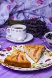 Πίτα της Apple, τυρί εξοχικών σπιτιών με τα βακκίνια και καφές Στοκ Φωτογραφία