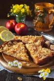 Πίτα της Apple, φρούτα και μεγάλη κεραμική κούπα Στοκ Φωτογραφία