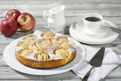 Πίτα της Apple, φλυτζάνι καφέ και πιάτο, μήλα στο ξύλο Στοκ Εικόνα