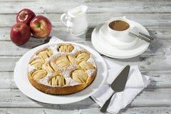 Πίτα της Apple, φλυτζάνι καφέ και πιάτο, μήλα στο ξύλο Στοκ Εικόνες