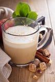 Πίτα της Apple latte με την κανέλα και το σιρόπι Στοκ εικόνα με δικαίωμα ελεύθερης χρήσης
