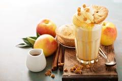 Πίτα της Apple milkshake με το σιρόπι καραμέλας Στοκ Φωτογραφίες