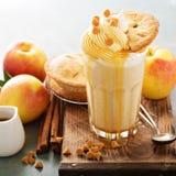 Πίτα της Apple milkshake με το σιρόπι καραμέλας Στοκ Εικόνα