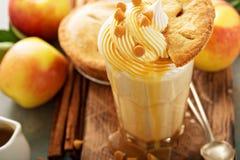 Πίτα της Apple milkshake με το σιρόπι καραμέλας Στοκ Εικόνες