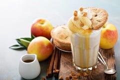 Πίτα της Apple milkshake με το σιρόπι καραμέλας Στοκ φωτογραφία με δικαίωμα ελεύθερης χρήσης