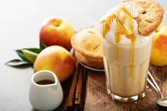 Πίτα της Apple milkshake με το σιρόπι Στοκ φωτογραφία με δικαίωμα ελεύθερης χρήσης