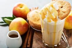 Πίτα της Apple milkshake με το σιρόπι Στοκ εικόνες με δικαίωμα ελεύθερης χρήσης