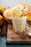 Πίτα της Apple milkshake με το σιρόπι Στοκ φωτογραφίες με δικαίωμα ελεύθερης χρήσης