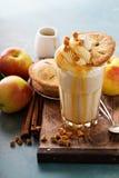 Πίτα της Apple milkshake με το σιρόπι Στοκ Φωτογραφία