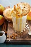Πίτα της Apple milkshake με το σιρόπι Στοκ Εικόνες