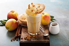 Πίτα της Apple milkshake με το σιρόπι Στοκ Φωτογραφίες