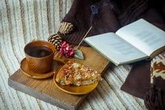 Πίτα, τσάι, βιβλίο και ραβδί θυμιάματος Aromatherapy Στοκ Φωτογραφίες