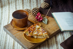 Πίτα, τσάι, βιβλίο και ραβδί θυμιάματος Aromatherapy Στοκ εικόνες με δικαίωμα ελεύθερης χρήσης