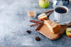 Πίτα, τσάι και μήλο της Apple σε έναν πίνακα Στοκ φωτογραφίες με δικαίωμα ελεύθερης χρήσης