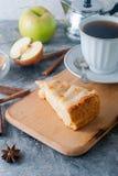 Πίτα, τσάι και μήλο της Apple σε έναν πίνακα Στοκ φωτογραφία με δικαίωμα ελεύθερης χρήσης