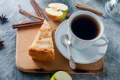 Πίτα, τσάι και μήλο της Apple σε έναν πίνακα Στοκ Εικόνες