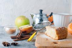 Πίτα, τσάι και μήλο της Apple σε έναν πίνακα Στοκ Εικόνα