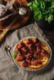 Πίτα τυριών εξοχικών σπιτιών με τη φράουλα, τη σοκολάτα και τη μέντα cupcakes στοκ εικόνες