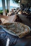 Πίτα τυριών στο ελληνικό taverna στοκ φωτογραφία