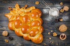 Πίτα φιαγμένη από ζύμη ζύμης σε μια μορφή μιας δέσμης των σταφυλιών Στοκ Φωτογραφίες
