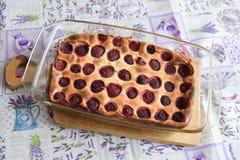 Πίτα φραουλών από το φούρνο Φρέσκια πίτα φραουλών που ψήνεται στο φούρνο Γλυκιά σπιτική ζύμη με τα φρούτα στη φόρμα r στοκ φωτογραφία με δικαίωμα ελεύθερης χρήσης
