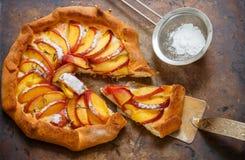 Πίτα φρούτων με τα ροδάκινα, τα νεκταρίνια, την κανέλα και το θυμάρι Θερινό επιδόρπιο για τα gourmets Στοκ φωτογραφία με δικαίωμα ελεύθερης χρήσης
