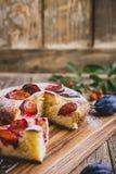 Πίτα φρούτων με τα φρέσκα δαμάσκηνα, επιδόρπιο φθινοπώρου στοκ εικόνες