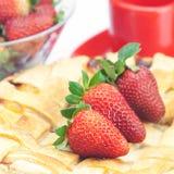 Πίτα, φλυτζάνι και φράουλες στο λευκό Στοκ φωτογραφία με δικαίωμα ελεύθερης χρήσης