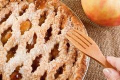 πίτα χεριών μήλων womans Στοκ φωτογραφίες με δικαίωμα ελεύθερης χρήσης