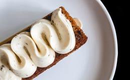 Πίτα Banoffee σε ένα άσπρο πιάτο στοκ φωτογραφία