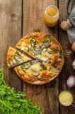 Πίτα Polenta με το κόκκινα κρεμμύδι και τα χορτάρια Στοκ Φωτογραφία