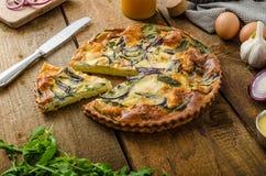 Πίτα Polenta με το κόκκινα κρεμμύδι και τα χορτάρια Στοκ Εικόνα