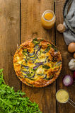 Πίτα Polenta με το κόκκινα κρεμμύδι και τα χορτάρια Στοκ Εικόνες