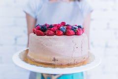 Πίτα Whoopie στο πιάτο με τα φρέσκα μούρα, κράτημα χεριών γυναικών ` s Στοκ φωτογραφία με δικαίωμα ελεύθερης χρήσης