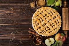 Πίτες και συστατικά της Apple στο ξύλινο υπόβαθρο Στοκ εικόνες με δικαίωμα ελεύθερης χρήσης