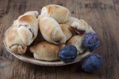 Πίτες με τα δαμάσκηνα υπό μορφή bagels με τα δαμάσκηνα Στοκ Εικόνες