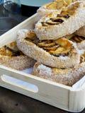 Πίτες της Apple σε ένα ξύλινο κιβώτιο. Στοκ φωτογραφίες με δικαίωμα ελεύθερης χρήσης