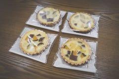 Πίτες τυλιγμένης γλυκιάς κολοκύθας και γλυκών πατατών στον ξύλινο πίνακα στοκ εικόνες